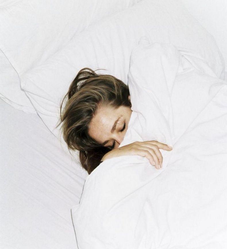 Почему ОПАСНО спать с мокрой головой: 10 причин