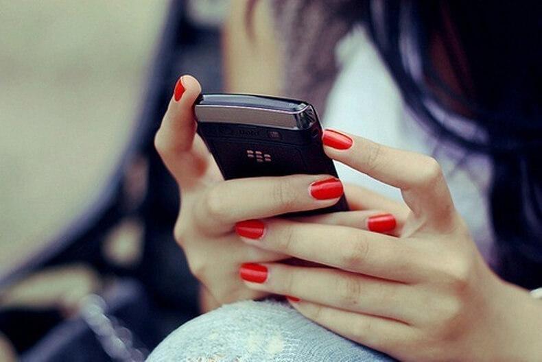 О чем говорит привычка тайно копаться в чужом телефоне