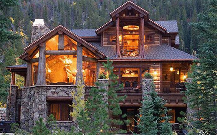 Оригинальный дом из дерева и камня