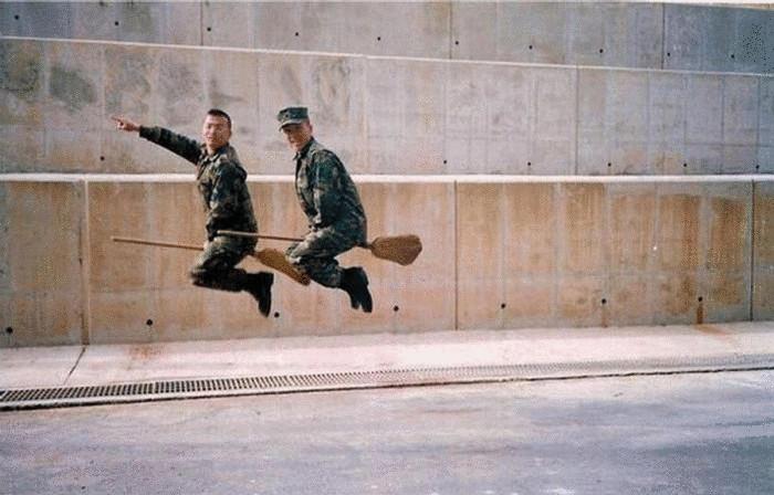 Гарри Поттер и Рон Уизли в армии.