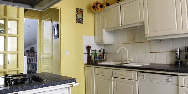 какой цвет кухни подходит к зеленым обоям