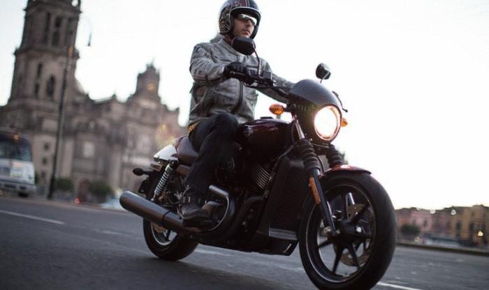Harley-Davidson Street 500 на дороге.