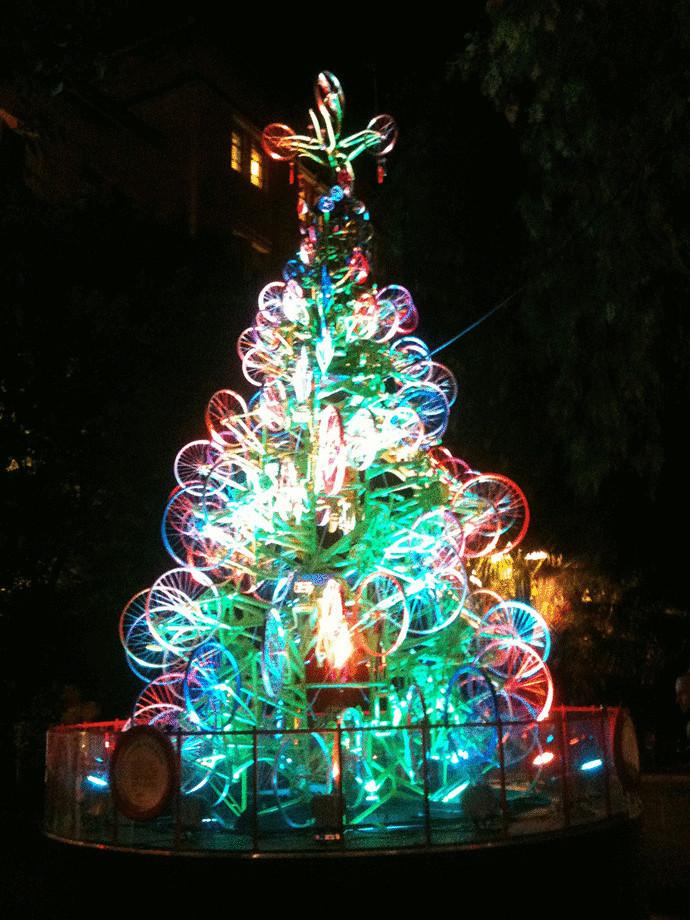 Новогодние елки из необычных материалов