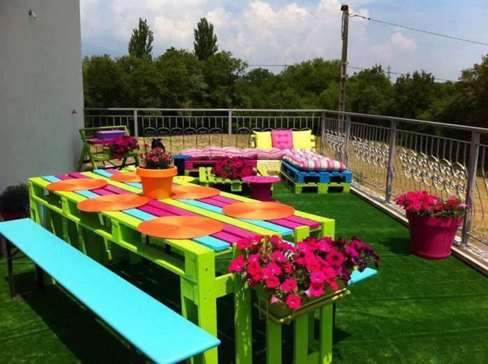 Разноцветная мебель в саду.