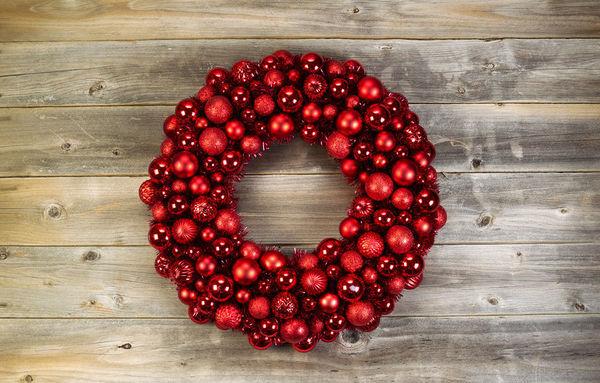 Рождественский венок, сделанный из одних лишь шариков