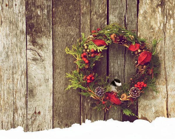 Можно даже на забор или стену сарая повесить яркое украшение
