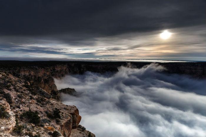 Редкое и прекрасное природное явление - густой туман в Гранд-Каньоне