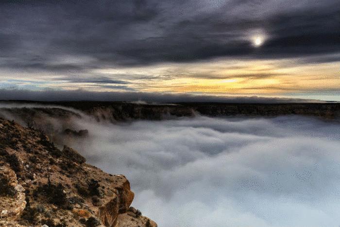 Cкопление низкостелящихся облаков, напоминающих плотную дымовую завесу