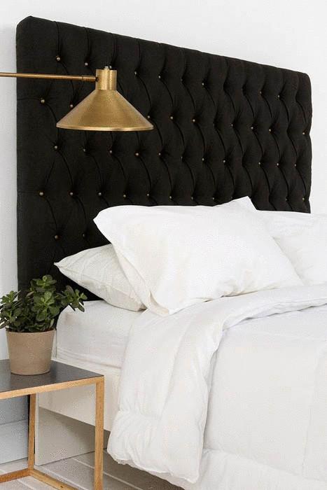 Золотой светильник над кроватью.