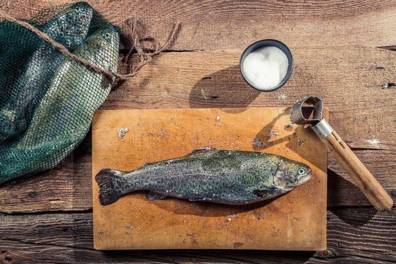 Картинки по запросу При чистке скользкой рыбы можно опускать пальцы в соль