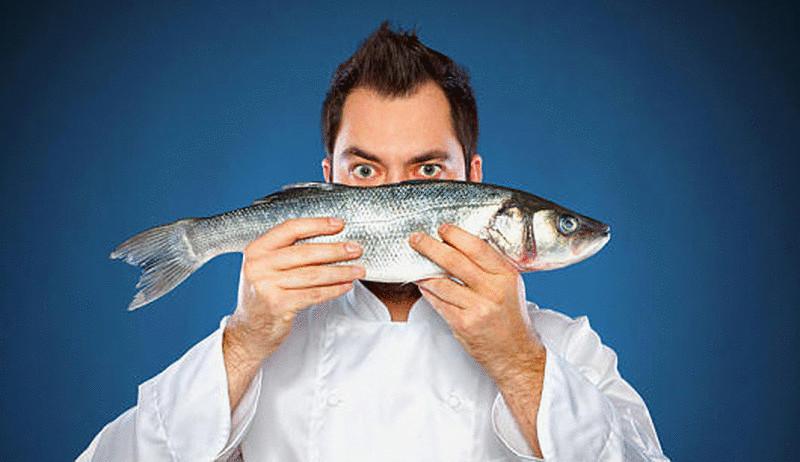 Картинки по запросу мужчина ест рыбу