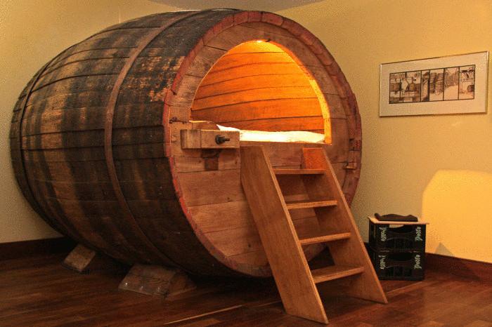 Кровать из пивной бочки для настоящих любителей пива.
