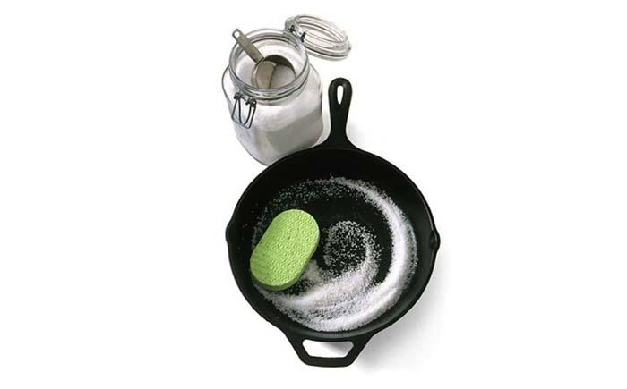 Чугунная сковородка и поваренная соль