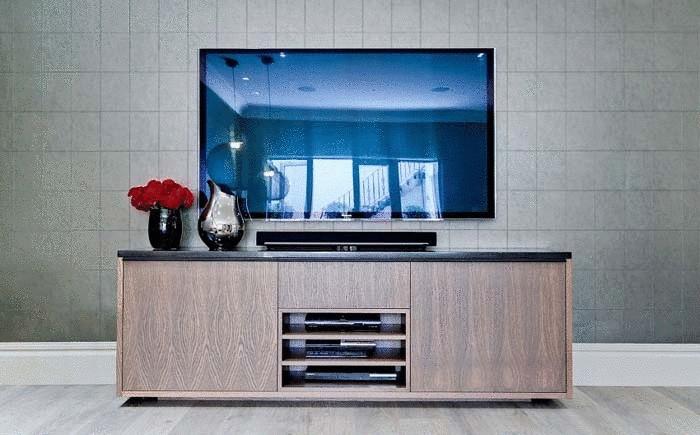 Настенный телевизор и изящная тумбочка