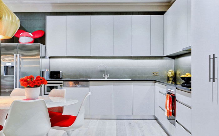 Кухня в белом цвете с яркими акцентами