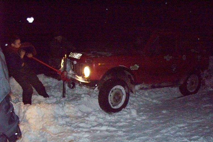 Как вызволить автомобиль из сугроба