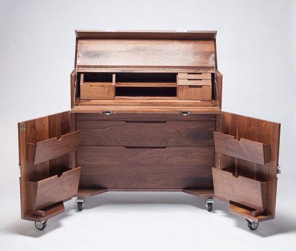 Мебель в ящиках из нержавеющей стали.