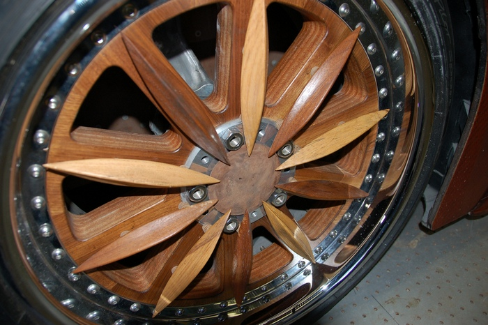 ... и колёса тоже из дерева.