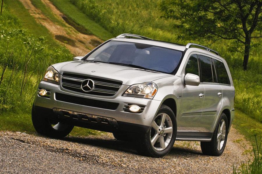 Mercedes-Benz GL. Двухступенчатое раскрытие подушек безопасности, коленная подушка водителя и боковые шторки для всех трех рядов сидений в базовой комплектации —все это стало в 2012 году логичным развитием многолетней борьбы концерна за сохранение жизней своих клиентов.