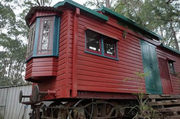 Дом, сделанный из заброшенного вагона.