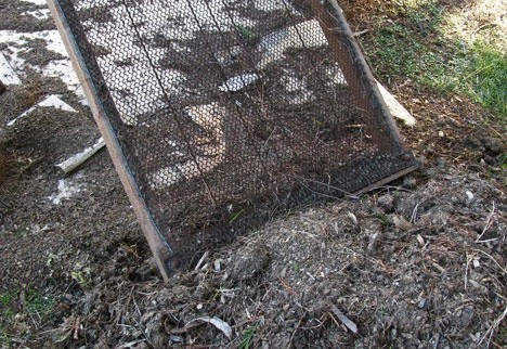 теплые грядки просеваем почву