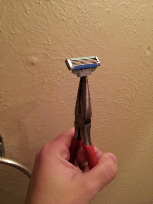 Оригинальная идея, как починить сломавшуюся бритву.