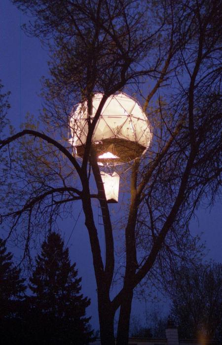 Дом от американской строительной компании «O2 Treehouse», напоминающий воздушный шар, готовый взлететь.