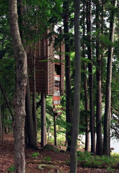 Дом у озера, напоминающий огромный китайский фонарь.